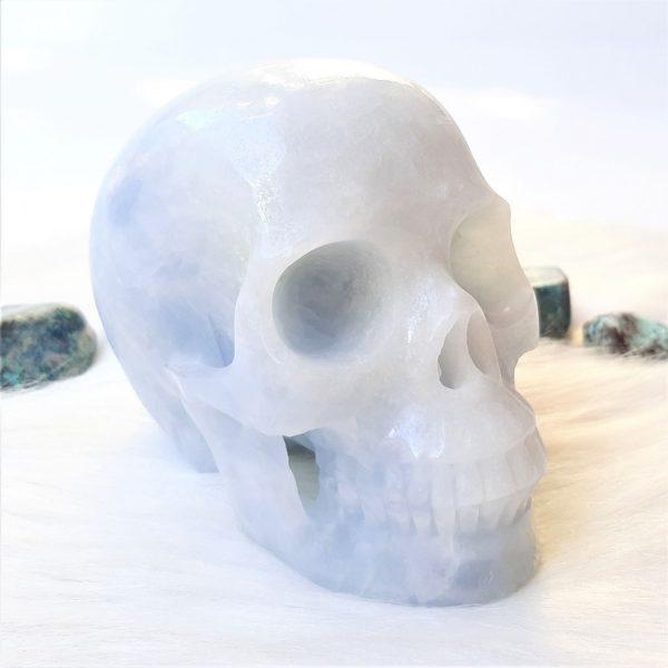 Blauwe calciet schedel 10 cm 651 gram - De Lichtkracht Academie.
