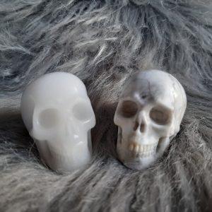 Witte jade en howlietschedels 4.5 cm – De Lichtkracht Academie - Kristallen schedels en draken als helper & healer ⋆ fannyvanderhorst.nl