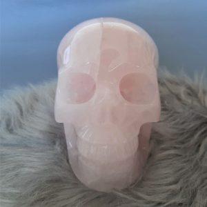 Rozenkwartsschedel 17.8 cm - De Lichtkracht Academie - Kristallen schedels en draken als helper en healer ⋆ fannyvanderhorst.nl